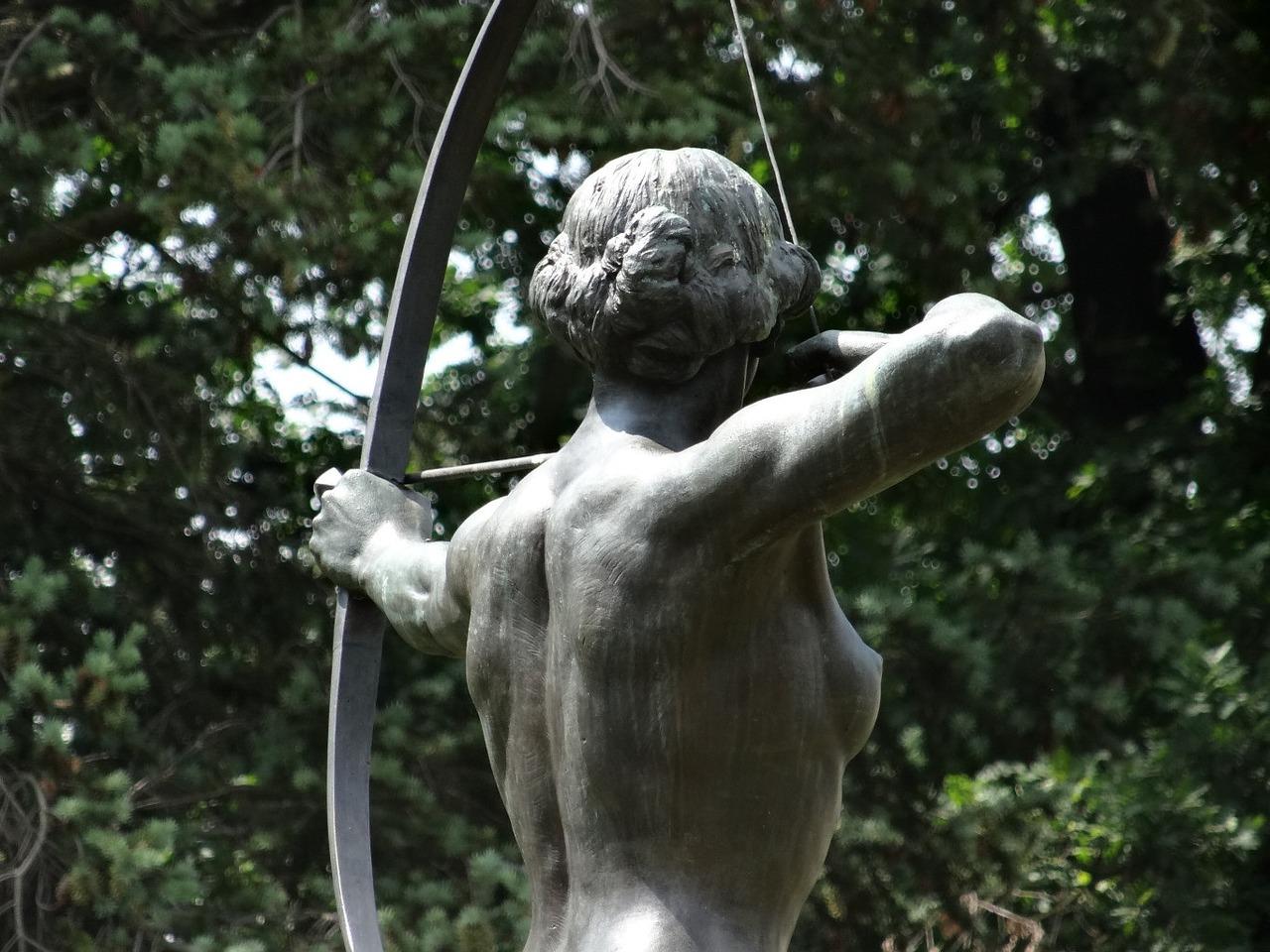 弓を引く女性像