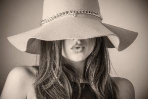 帽子の女性
