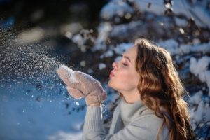 美女が雪をふ~